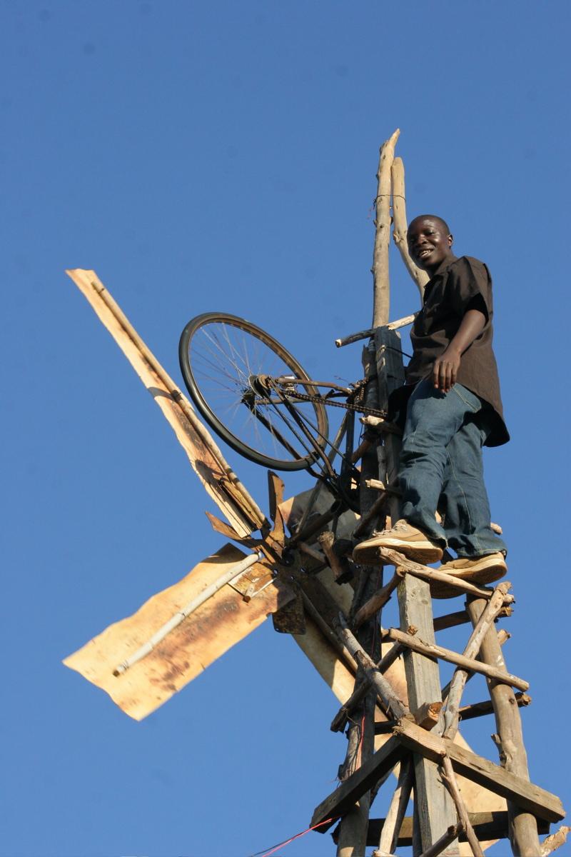 William Kamkwamba auf einem seiner Windräder