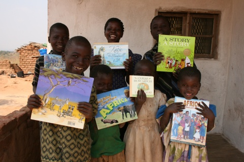 Kids_with_books_2